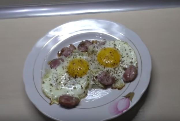 яичница с колбасой  на сковороде 11