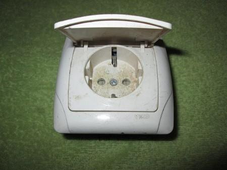 розетка электрическая с крышкой
